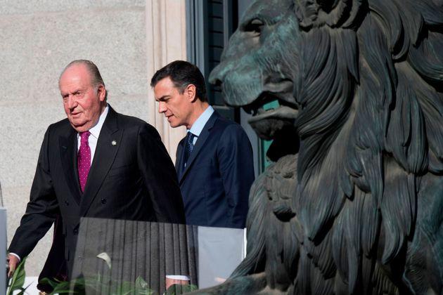 El rey Juan Carlos y Pedro Sánchez, en diciembre de 2018, durante la conmemoración del...