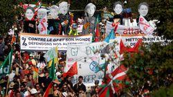 Miles de personas se manifiestan entre Hendaya e Irún contra la cumbre del