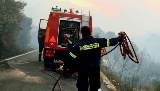 Πύρινα μέτωπα σε Αχαΐα και Λάρισα - Υπό έλεγχο οι φωτιές σε Σάμο και