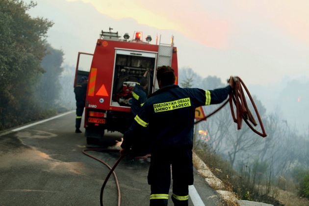Πύρινα μέτωπα σε Αχαΐα και Βοιωτία - Υπό έλεγχο οι φωτιές σε Σάμο και