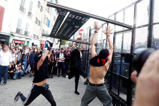 G7 με επεισόδια: Διαδηλωτές πετούν πέτρες, η αστυνομία απαντά με