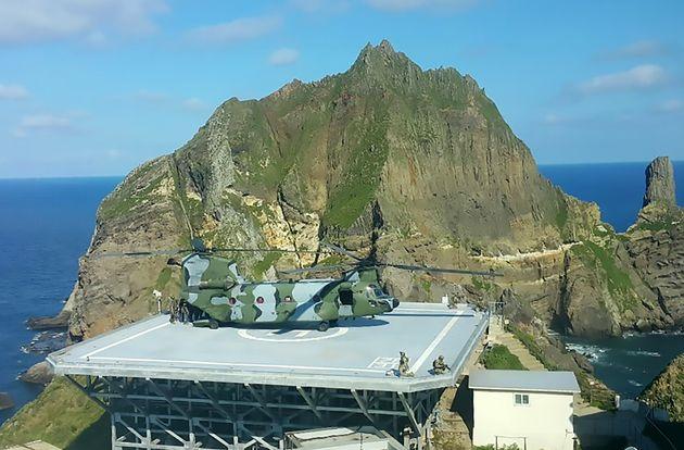 해군이 동해 영토수호훈련을 시작한 25일 대형수송헬기치누크(CH-47)로 독도에 상륙한 대한민국 해군 특수부대원들과 해병대원들이 사주경계를 하고
