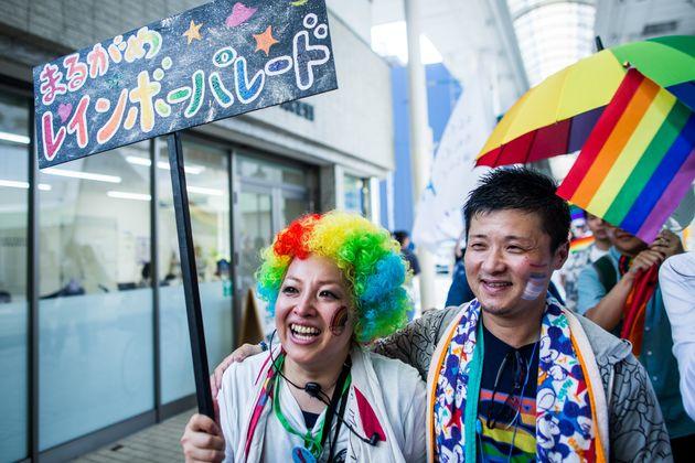 丸亀城下町は伝統を重んじる古い家が多いと聞き、パレードについて反対される心配をしていた藍川さん(左)。パレード前に商店街で挨拶をしにいくと、「許可取ったらみんな何も言わないよ!」「頑張ってね!」とほとんどの人が応援してくれたと言う