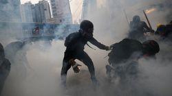 Los manifestantes de Hong Kong tumban torres de reconocimiento facial y la Policía les lanza gases