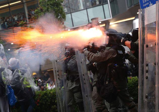 Los antidisturbios lanzan gases a los manifestantes en las protestas contra el Gobierno en Hong Kong...