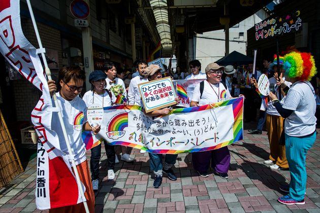スタート地点の通町商店街に集まった参加者たち=香川県丸亀市、2019年8月25日