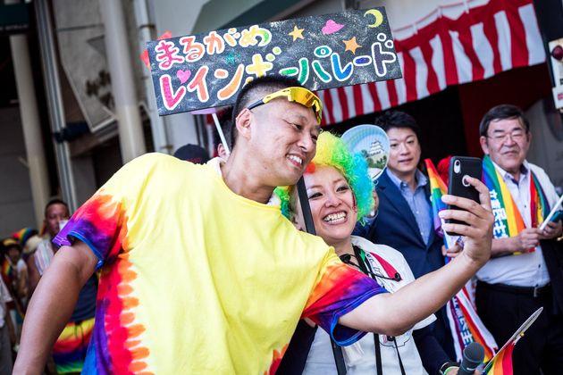 写真に納まる矢野さん(左)と藍川さん(中央)=香川県丸亀市、2019年8月25日