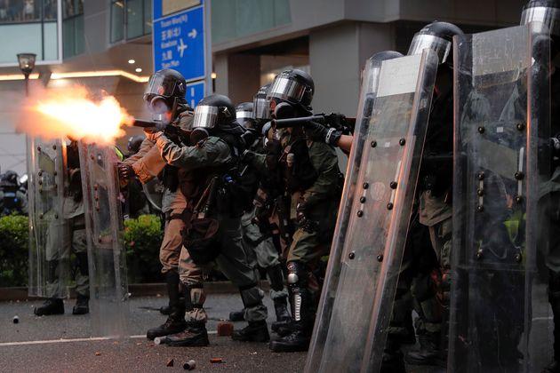 홍콩 경찰이 처음으로 시위대를 향해 물대포를