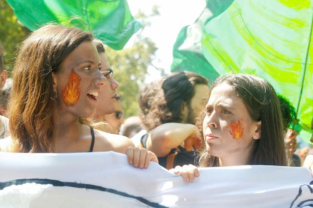 Jóvenes de Fridays for Future se manifestado este viernes ante el consulado de Brasil en