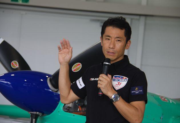 自身のレース機を前にレッドブル・エアレース最終戦への意気込みを語るパイロットの室屋義秀さん