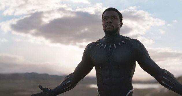 Chadwick Boseman jouant le personnage de Black Panther dans le premier