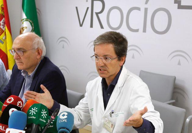 El doctor José Miguel Cisneros, durante la rueda de