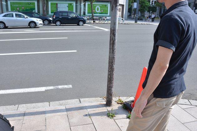 声をあげた場所に立つ大杉雅栄さん。道の反対側に安倍晋三首相が乗る選挙カーは停められていたという=札幌市内