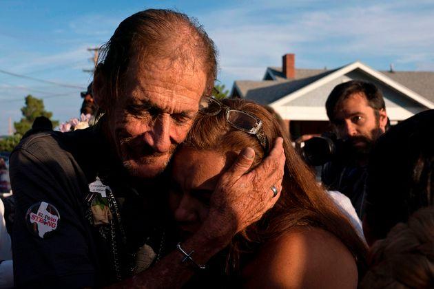 Antonio Basco abraza a una asistente al funeral de su