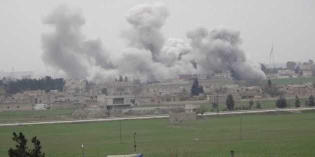 Humo de proyectiles en la ciudad siria de Tel Abyad, en el norte del