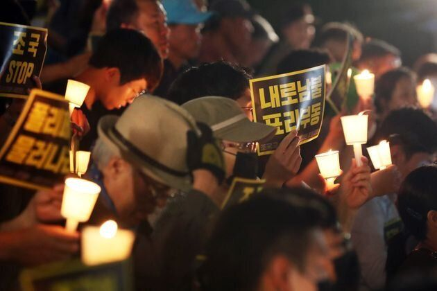 서울대학교 학생들과 시민들이 23일 오후 서울 서울대학교 아크로광장에서 여러 의혹이 연이어 불거지고 있는 조국 법무부 장관 후보자의 사퇴를 촉구하며 촛불집회를 하고