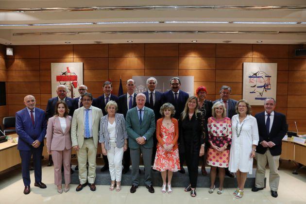 La ministra de Sanidad, María Luisa Carcedo, preside la foto de familia con los consejeros de...