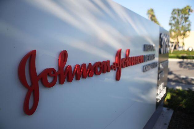 Johnson & Johnson, condenada a pagar más de 514 millones de euros por fomentar el consumo de opiáceos...