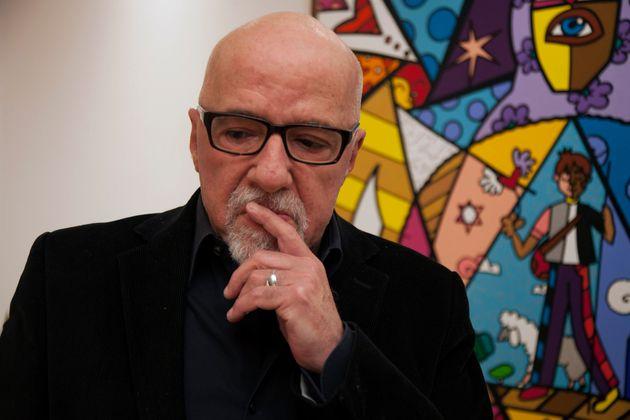 Ο Πάουλο Κοέλιο ζητά συγγνώμη από τη Γαλλία για την «υστερία» του