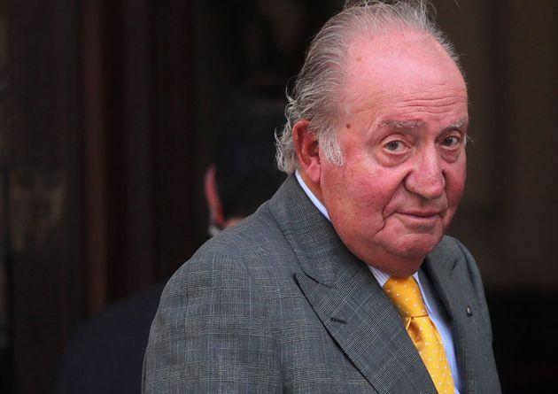 El rey Juan Carlos ya está en planta: camina y hace ejercicios