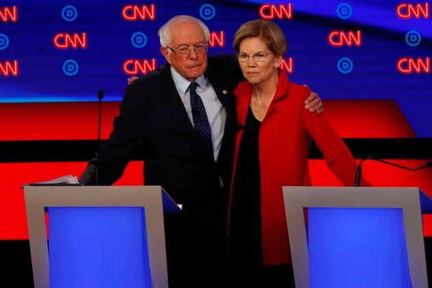 Bernie Sanders y Elizabeth Warren, dos viejos amigos, se saludan después del debate entre aspirantes...