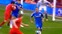 Luis Suárez, del Liverpool, muerde a un rival en pleno partido