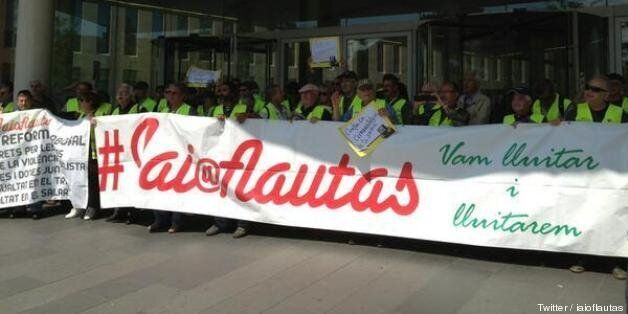 Cien 'yayoflautas' y Colau ocupan la Ciudad de la Justicia de Barcelona contra la