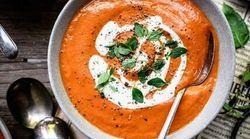 Questa zuppa di pomodoro alla crema di anacardi è perfetta per salutare