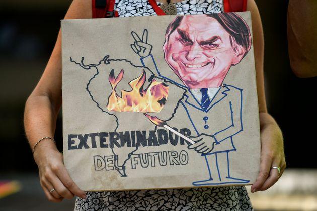 Jair Bolsonaro caricaturé en pyromane de l'Amazonie par un