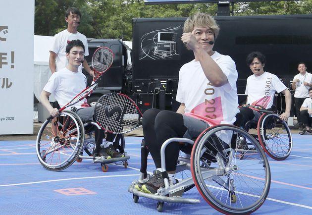 東京パラ/車いすテニスを体験する新しい地図のメンバー