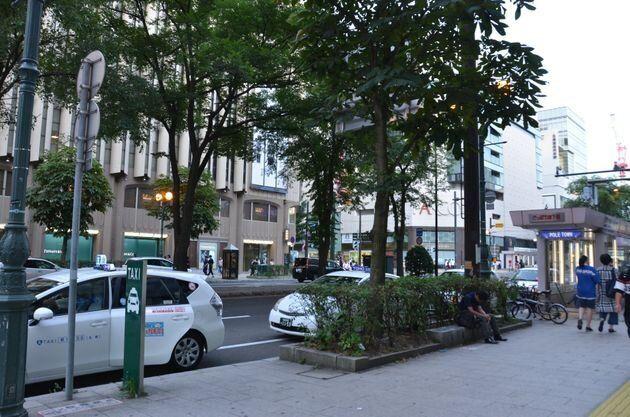 男性が警察から排除されたという札幌三越近くの路上。車道に安倍晋三首相が乗る選挙カーが停められていたという=札幌市内