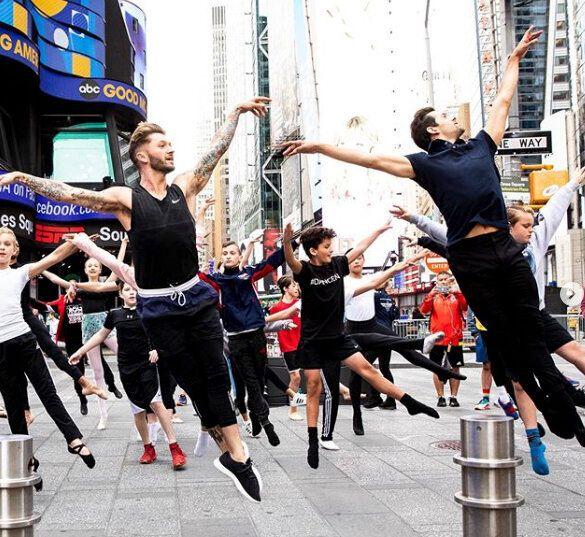 タイムズスクエアで男性ダンサーが集結して行われたバレエクラスの様子