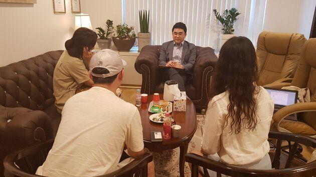 지난 17일 서울 강남구 삼성동의 펫로스 심리상담센터 '안녕'에서 열린 펫로스 모임 현장. 조지훈 원장과 모임원들이 이야기를 나누고 있다