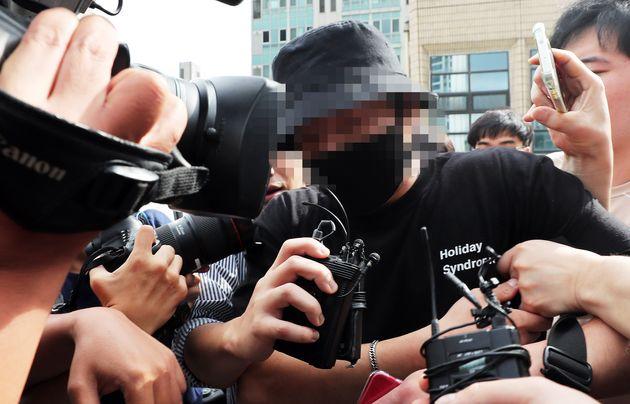 홍대 거리에서 일본인 여성들에게 욕설을 하며 행패를 부린 A씨가 24일 오후 서울 마포경찰서에서 조사를 마친 후 나서고