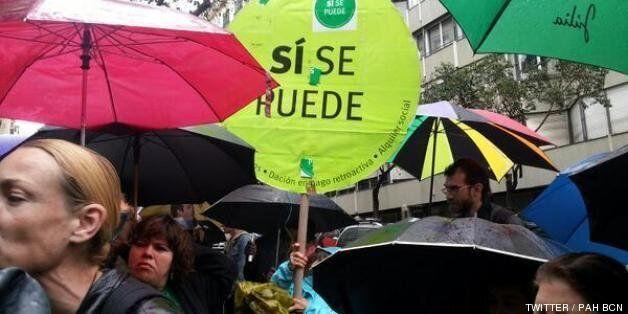 Decenas de miembros de la PAH en Barcelona hacen un escrache a Jorge Moragas
