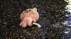 홍콩 시위대가 떨어뜨린 분홍 토끼 때문에 BTS의 아미가 울고
