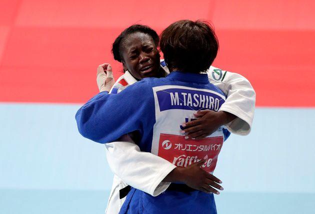 Clarisse Agbegnenou (en blanc) tombe dans les bras de son adversaire Miku Tashiro après sa victoire...