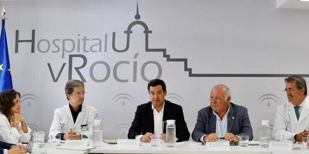 El presidente de la Junta de Andalucía, Juanma Moren, y el consejero de Salud y Familias, Jesús...