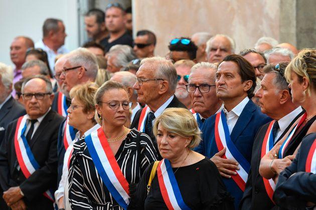 Des maires et des responsables locaux assistent à la procession funèbre en l'honneur du...