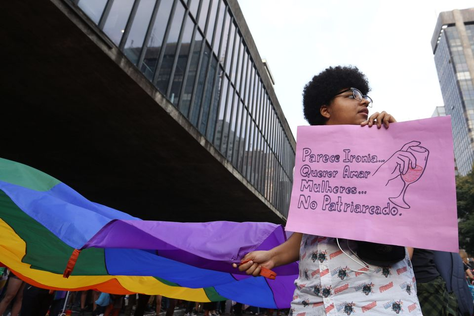 Manifestante segura cartaz na Marcha pela Visibilidade Lésbica, em