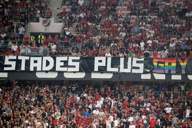 La rencontre Nice-Marseille a été interrompue à cause de chants et banderoles homophobes ce 28 août à...
