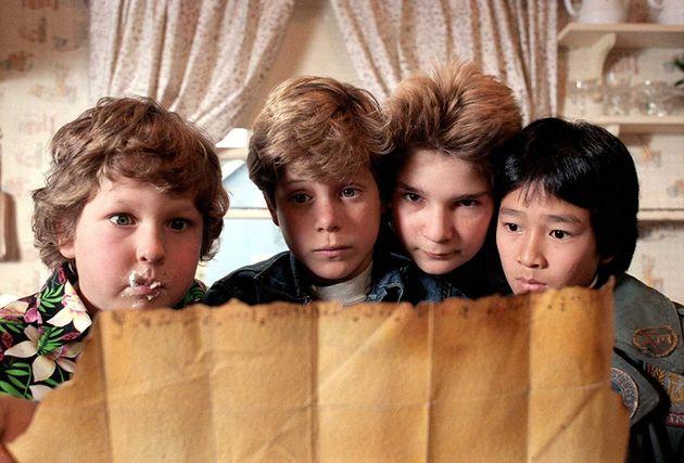 Gordo (Jeff Cohen), Mikey (Sean Astin), Bocão (Corey Feldman) e Dado (Jonathan Ke Quan) com o...