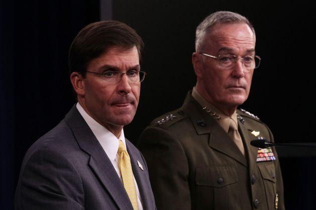 마크 에스퍼 미국 국방장관(왼쪽)과 조지프 던포드 합참의장이 국방부 청사에서 언론 브리핑을 열었다. 알링턴, 버지니아주. 2019년