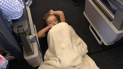 Bimbo autistico ha una crisi in aereo. L'equipaggio e i passeggeri si attivano per