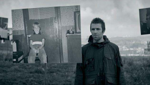 Liam vê foto de seu irmão Noel ainda criança em cena de One of Us.