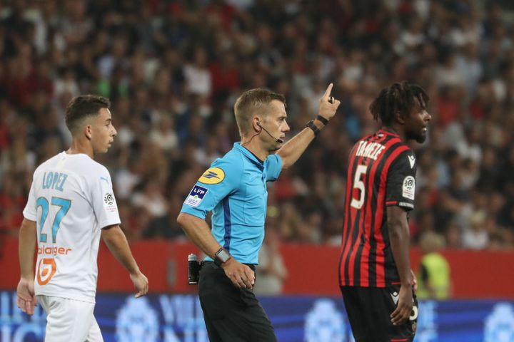 Le match Nice-Marseille a été arrêté 12 minutes le 28 août. C'est l'arbitre (en bleu sur la photo) Clément Turpin qui a demandé la suspension du match après avoir entendu les supporters entonner des chants homophobes et brandi des bannières insultantes.