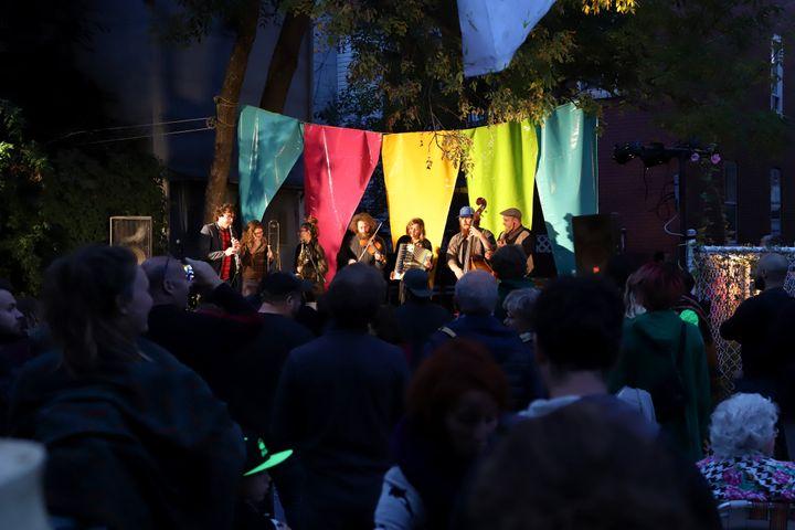 Le groupe La délégation, en prestation lors d'une précédente édition du Festival des arts de ruelle