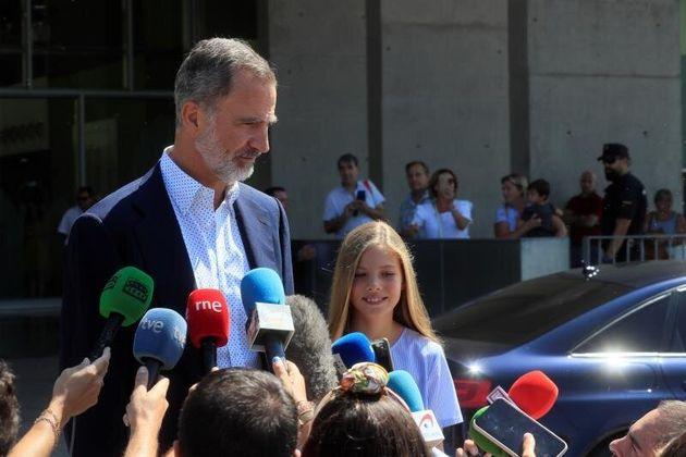 El Rey Felipe VI, acompañado de su hija la infanta Sofía, a su salida este jueves del Hospital Quirón...