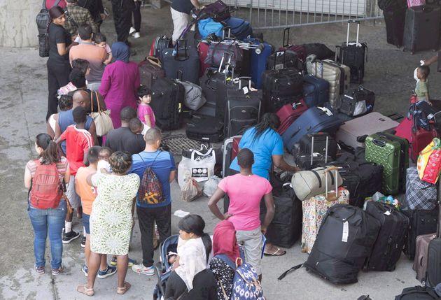 Des demandeurs d'asile font la file pour entrer dans le Stade olympique le vendredi 4 août 2017...