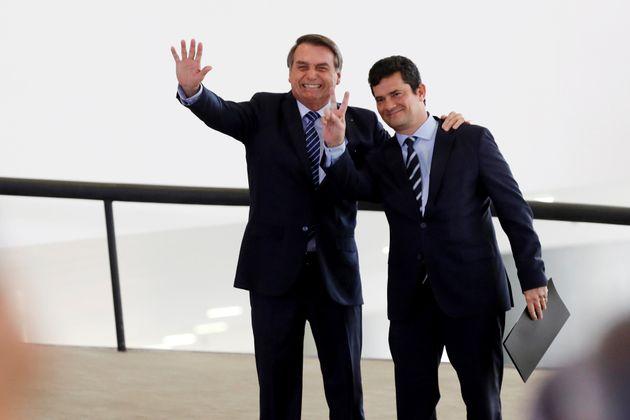 O presidente Jair Bolsonaro (à esq.) e o ministro da Justiça, Sérgio Moro (à...